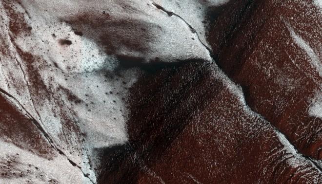 Hellingen in een krater op Mars. Foto: NASA/JPL-Caltech/University of Arizona