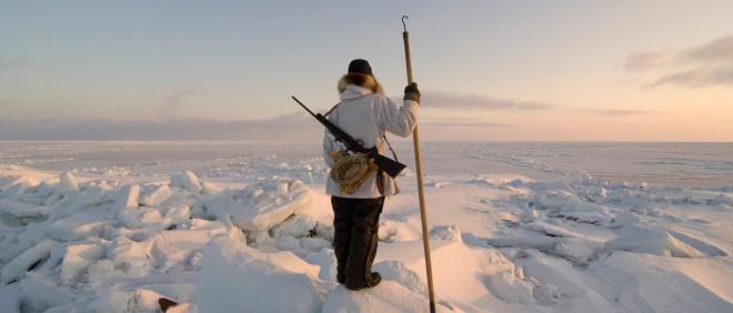 Een Inuit op jacht naar zeehonden. Foto: Steven Kazlowski/Hollandse Hoogte