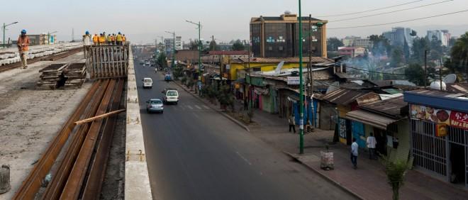 In de Ethiopische hoofdstad Addis Ababa wordt gebouwd aan de hypermoderne lightrail-metro. Foto: Yannick Tylle/Hollandse Hoogte