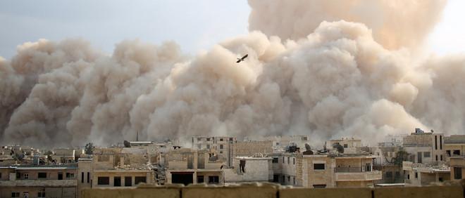 14 oktober 2014: Een aanval van de islamitische coalitie, waaronder de aan Al-Qaeda gelieerde Al-Nusra beweging, in zijn strijd tegen het Syrische leger in de stad Maarat al-Numan (in de Idlib provincie, Syrië). Foto: Ghaith Omran/AP