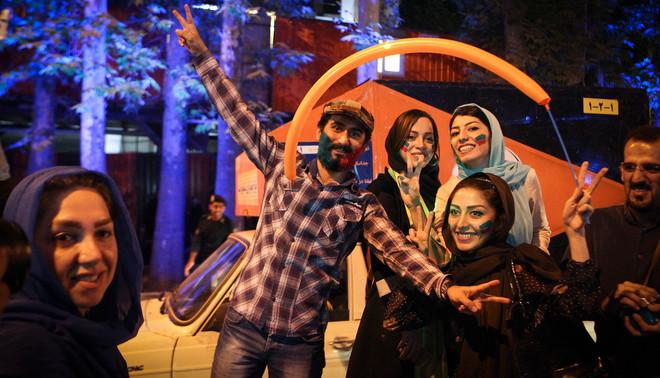 Iraniërs vieren in Teheran het akkoord over het afbouwen van het Iraanse nucleaire programma en het opheffen van de sancties. Foto: Ahmad Halabisaz/Hollandse Hoogte