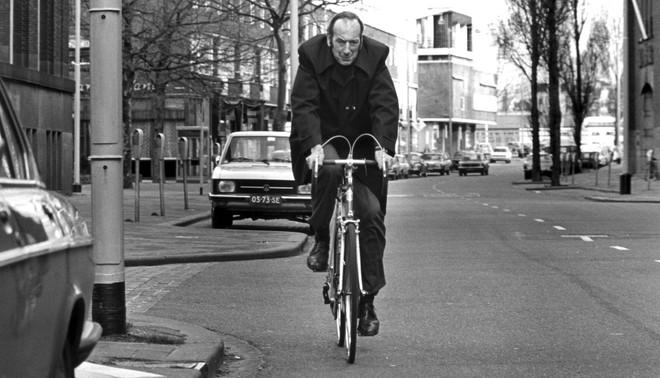 Schrijver Bob den Uyl op de fiets in Rotterdam in 1980. Foto: Ronald Sweering/Hollandse Hoogte