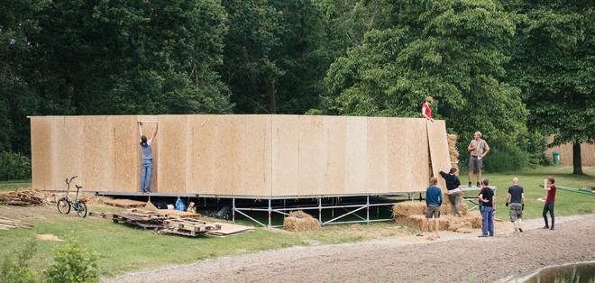 Tijdens de opbouw van het festival Welcome to The Village. Foto: Ruben van Vliet