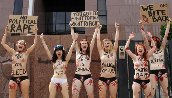 Tijdens een protest voor vrouwenrechten in Berlijn. De tweede van links is de Egyptische internetactiviste Aliaa Elmahdy. Foto: Lars Dickhoff/Hollandse Hoogte