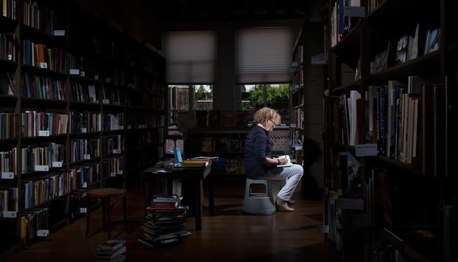 Mieke Kerkhof in een van de boekwinkels in Den Bosch waar ze graag tijd doorbrengt. Foto: Marijn Smulders (voor De Correspondent)
