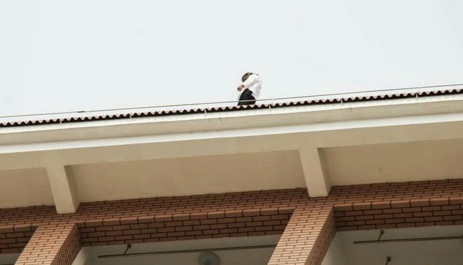 Op 23 april jl. verscheen een Chinese studente op het dak van de Beifang Universiteit in de Chinese stad Yunchuan. De reden dat ze zelfmoord wilde plegen zou te maken hebben met een slechte ontwikkeling in haar liefdesleven. Foto: Stringer / HH