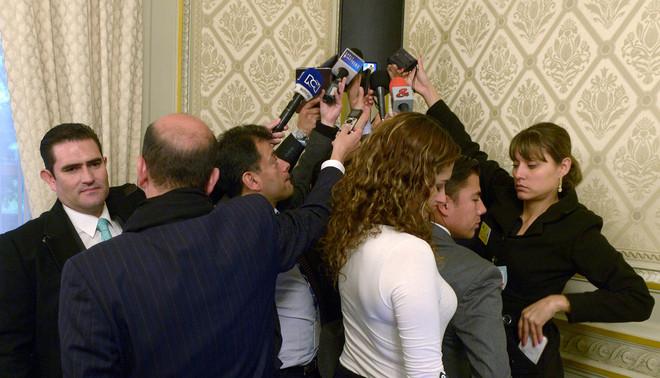 Colombiaanse parlementair journalisten nemen de speech op van hun president. Foto: Didier Lebrun / Hollandse Hoogte