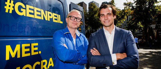 Jan Roos (links) en Thierry Baudet verzamelen handtekeningen in Den Haag. Foto: Remko de Waal/ANP