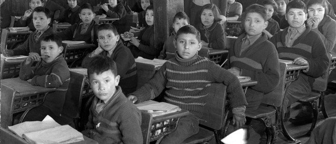 Leerlingen aan hun bureau. All Saints Indian Residential School, Lac-La-Ronge, Saskatchewan, maart 1945. Foto: Library and Archives Canada