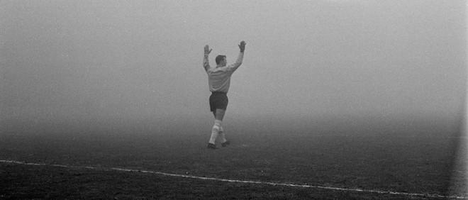 21 januari 1968: Ajax-keeper Gert Bals juicht om de gelijkmaker van Ajax. Een doelpunt dat hij zelf niet gemaakt zag worden vanwege de dichte mist. Na een klein halfuur wordt de wedstrijd gestaakt. Foto: Egbertus Martens / ANP