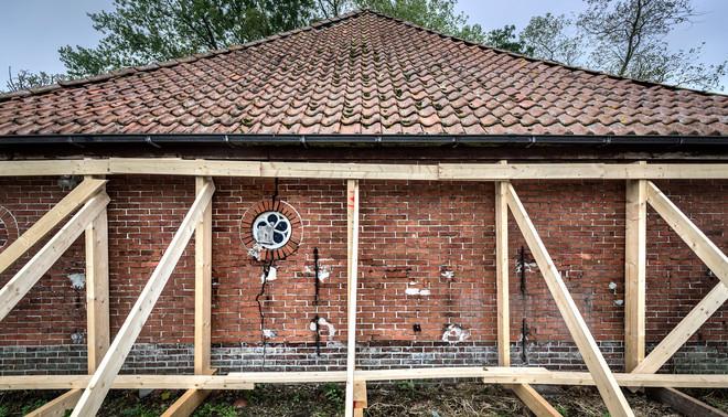 Het Centrum Veilig Wonen (CVW) heeft in het Groningse Sauwerd een huis ontruimd omdat de constructie mogelijk dermate zwak is dat gevaar dreigt voor de bewoners. Foto: Kees van de Veen / Hollandse Hoogte