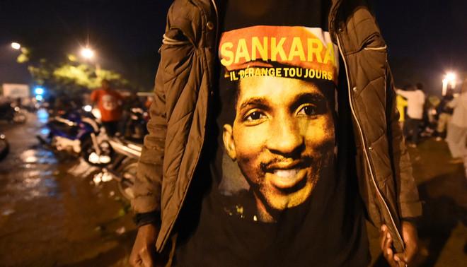Een man draagt een t-shirt met een foto erop van de voormalig president van Burkina Faso, Thomas Sankara. Foto: Sia Kambou/ANP