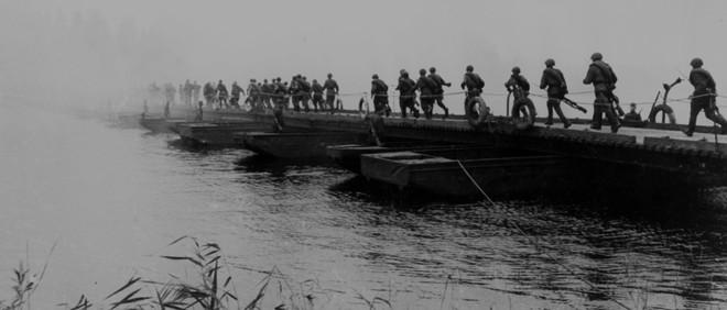 Maart 1944: Russische soldaten steken de Bugrivier over in Oekraïne. Foto: Sovfoto / Getty Images