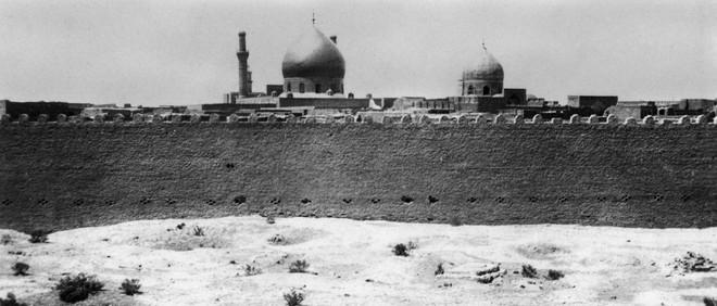 Achter de muur staat de Samarra Moskee. Tot 1918 stond de moskee op grond van het Ottomaanse Rijk, hierna namen de Britten het gebied over en vanaf 1921 stond het op Irakees grondgebied. Foto: Getty Images