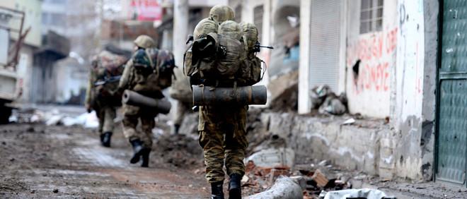 Soldaten van het Turkse leger patrouilleren in Cizre. Foto: Hollandse Hoogte