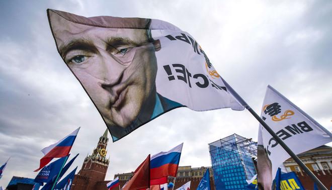 Pro-Kremlin-activisten vieren de annexatie van de Krim op het Rode Plein, 18 maart 2014. Poetins inspanningen tot een Russische eenheid spelen in op patriottisme en nostalgisch sentiment. Beeld: ANP