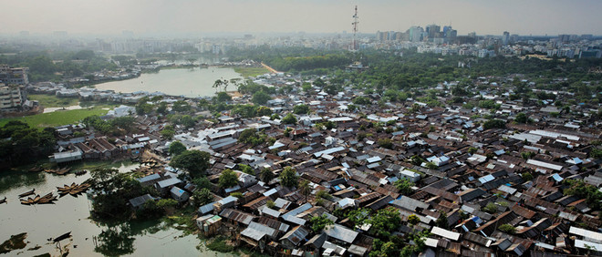 Korail, een van Dhaka's grootste sloppenwijken en thuis van vele milieu-en klimaatvluchtelingen. Beeld: Jonas Bendiksen/Magnum Photos