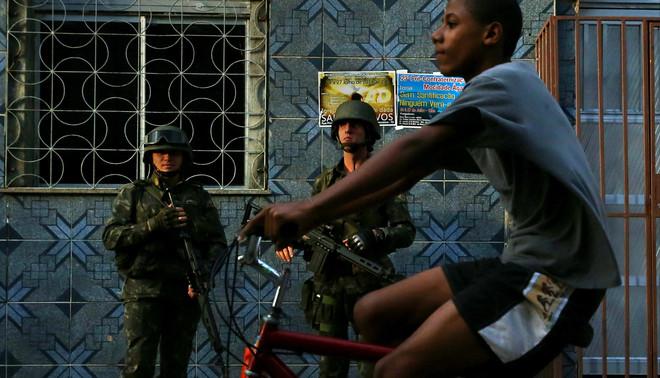 Twee agenten van de Força de Pacificação in favela Maré in Rio de Janeiro. Foto: Hollandse Hoogte