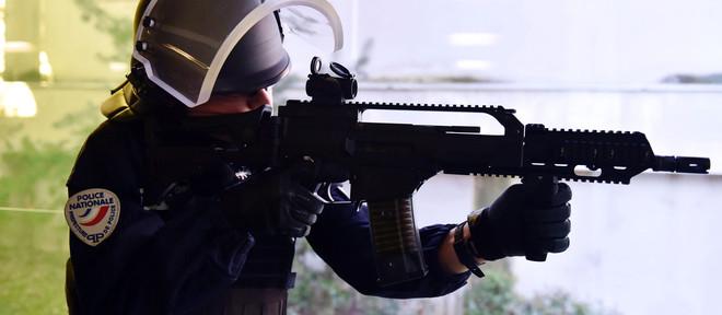 Een officier van de BAC (Brigade Anti-Criminalité) demonstreert een Duits HK G36-machinegeweer tijdens een bijeenkomst waar de prefect Parijs hun nieuwe wapenarsenaal presenteert als onderdeel van het 2016 BAC-PSIG Plan (29 februari 2016). Beeld: ANP.
