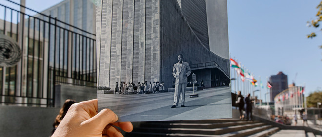 Een foto van Dag Hammarskjöld in juni 1961 voor het gebouw van de Verenigde Naties in New York in 2015. Foto: Li Muzi Xinhua / HH