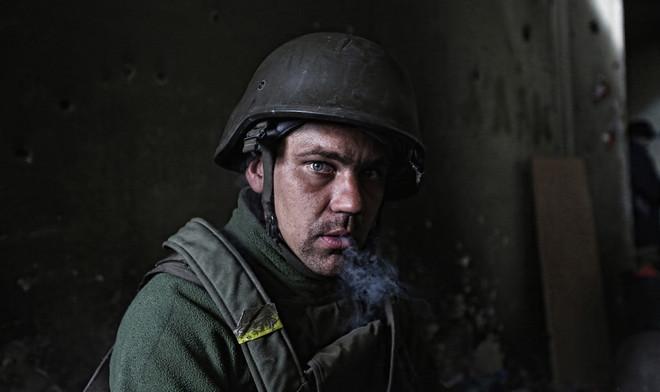 Een jonge Oekraïense soldaat rookt een sigaret tijdens gevechten tegen pro-Russische separatisten op het vliegveld nabij de Oost-Oekraïense stad Donetsk. Foto: Sergej Lojko