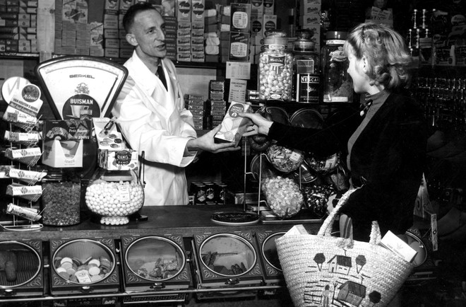 Kruidenier de Weerd in Nieuwe Niedorp, 8 december 1954. Foto: J.J.M. de Jong / Spaarnestad Photo / HH