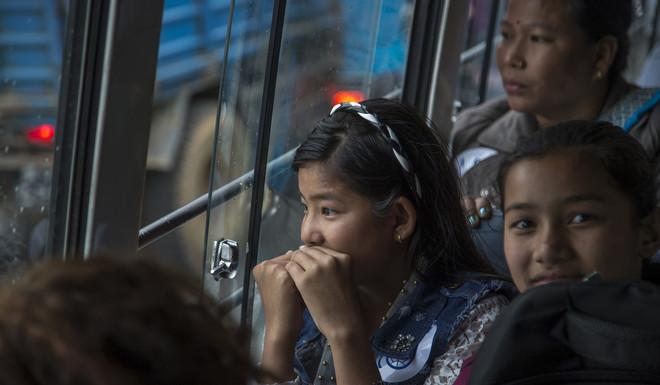 Een groep Bhutaanse vluchtelingen bij aankomst in hun nieuwe thuisland de Verenigde Staten. Foto: Omar Havana