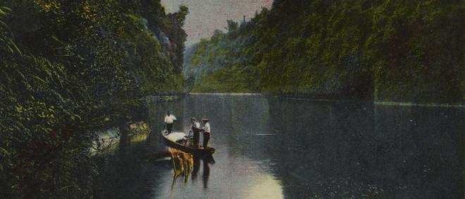 Uitsnede van een postkaart waarop de Whanganui-rivier staat afgebeeld. Alle kaarten die in het stuk staan afgebeeld zijn een variatie op exact dezelfde foto. Door middel van een ansichtkaart is de rivier een object of zelfs een bezit geworden. Foto: Te Papa