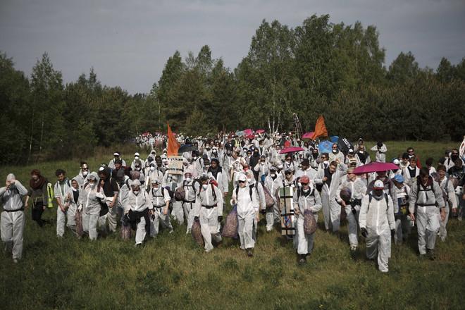 Activisten marcheren richting de koolmijn van de fabriek Schwarze Pumpe van het bedrijf Vattenfall. Ze zijn van plan om hier de weg te blokkeren op 14 mei, 2016. Foto: Carsten Koall / Getty Images