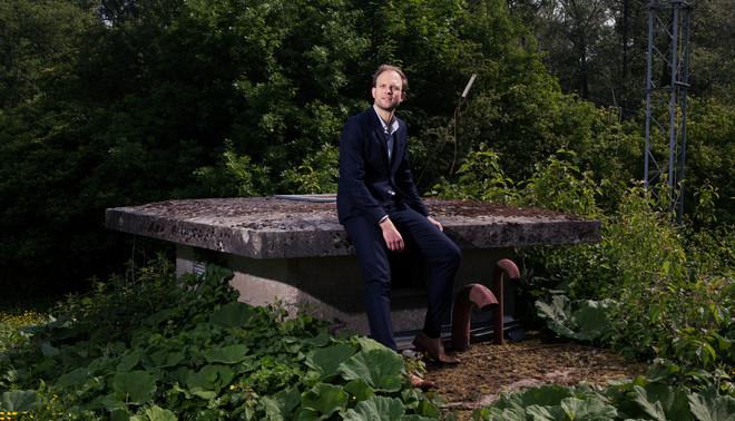 Stijn Sieckelinck bij het Fort van de Democratie in Utrecht. Foto: Marijn Smulders (voor De Correspondent)