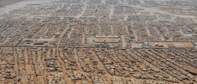 Een luchtfoto genomen op 18 juli 2013 laat het vluchtelingenkamp Zaatari zien dat vlak bij de Jordanese stad Mafraq ligt. Dit kamp geeft onderdak aan zo'n 160.000 Syrische vluchtelingen, wat in omvang betekent dat het de op vijf na grootste stad in Jordanië is. Foto: Mandel Ngan / AFP