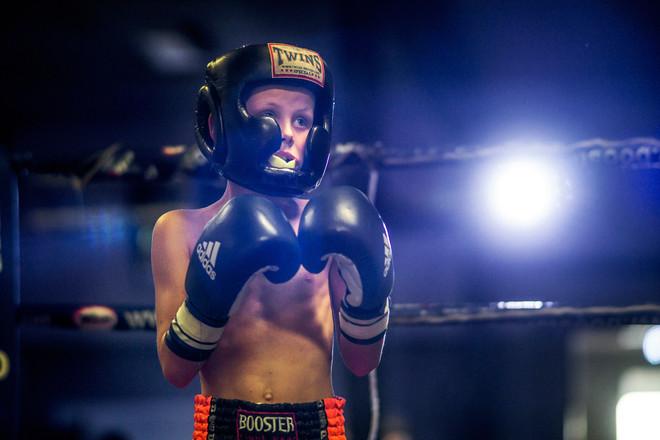 Jayden Franken, 8 jaar, staat klaar om de wedstrijd te beginnen. Foto: Adrie Mouthaan