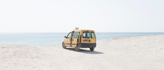 Foto uit het fotoboek 'Nomad's Land' over vrijetijdsbesteding van Tunesiërs aan hun eigen kusten. © Yoann Cimier