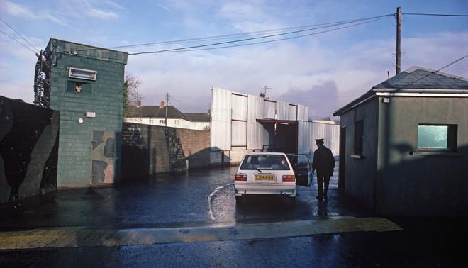Een grenscontrolepost tussen Ierland en Noord-Ierland ten tijde van The Troubles, midden jaren tachtig. Foto: Alain Le Garsmeur / Getty