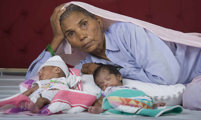 Omkali Charan Singh, 70, poseert met haar pasgeboren tweeling. Zij en haar man Charan Singh Panwar van 77 kregen hun twee baby's na een IVF behandeling in India. Foto: Simon De Trey-White / Barcroft Media / Getty Images