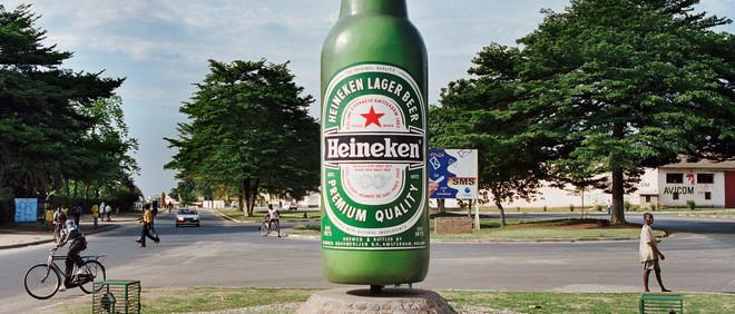 Heineken reclame, in de vorm van een gigantische fles, vlak voor de Heineken bierbrouwerij in Bujumbura, Burundi. Foto: Martin Roemers / Hollandse Hoogte
