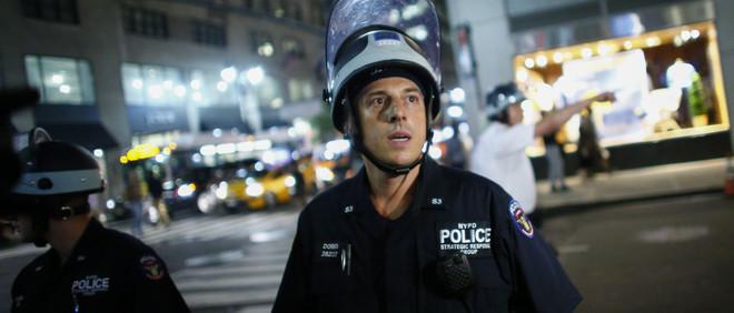 Een politieagent tijdens een demonstratie van de beweging Black Lives Matter in New York op 8 juli 2016. Foto: Kena Betancur / AFP