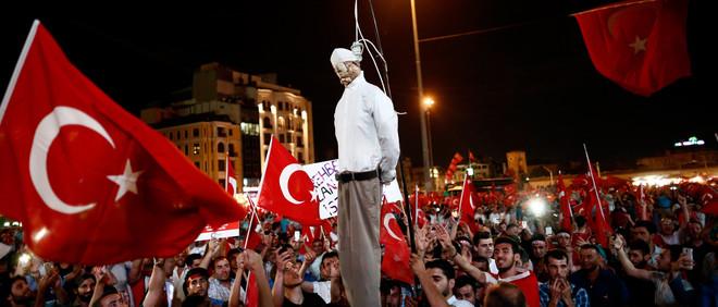 Pro-Erdogansupporters houden een opgehangen pop van de islamitische leider Fethullah Gülen vast tijdens een demonstratie op het Taksimplein in Istanbul, 18 juli 2016. Foto: Ozan Kose / AFP