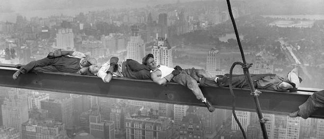 Bouwvakkers rusten op een stalen balk boven Manhattan op 20 september 1932, New York. Foto: Brettmann / Getty Images