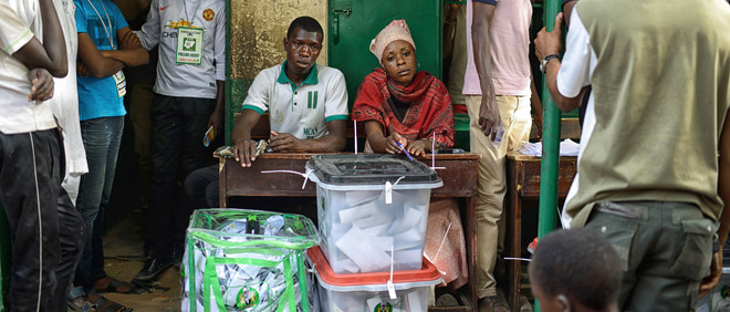Observanten voor de Nigeriaanse presidentiële verkiezingen van 2015  controleren de verzegelde dozen met stemmen voordat deze worden opgehaald, Kano, Nigeria. Foto: Samuel Aranda / Panos Pictures