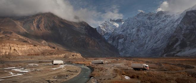 De M41, informeel Pamir Highway, was onderdeel van de zijderoute en loopt door Afghanistan, Oezbekistan, Tadzjikistan en Kirgizië. Chinese vrachtwagens proberen de grens met China te bereiken voordat de weg wordt afgesloten wegens weersomstandigheden. Over de zijderoute navigeren is een kwestie van oefening en geduld, de kleinste fout kan catastrofale gevolgen hebben. Foto: Myrto Papadopoulos / Redux