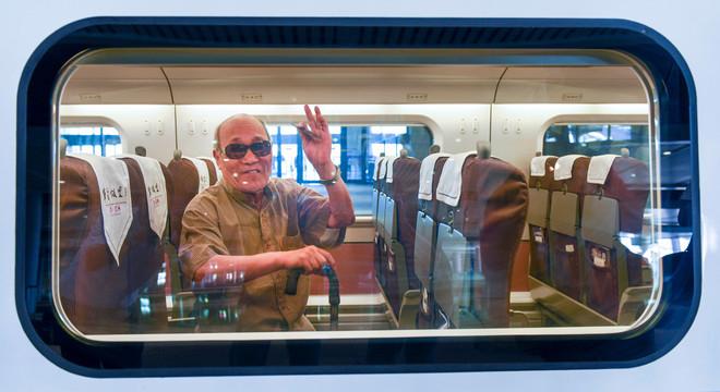 Vlak voor vertrek van de 'bullet train' vanuit Urumqi in het noordwesten van China. Foto: Li Yunjia / HH