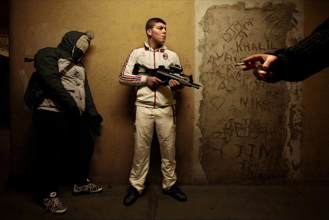 Jonge drugsdealers op de zevende verdieping van een socialehuurflat in Marseille. Foto: Bharat Choudhary