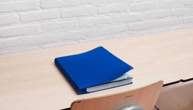 Een lesboek van Sam. Foto: Annabel Miedema (voor De Correspondent)