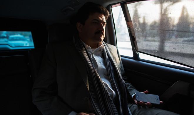 De Pakistaanse journalist Hamid Mir (50) werd gegijzeld door zowel de Taliban als de Pakistaanse geheime dienst. Nu reist hij onder politiebegeleiding. Mir is dan ook een grootheid in Pakistan. Hij heeft miljoenen volgers en zit een veelbekeken talkshow voor: Capital Talk. Foto: Max Becherer / HH