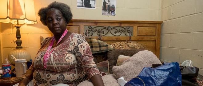 Ex-gedetineerde Anna Reynolds kijkt op televisie naar berichtgeving over de presidentsverkiezing. Foto: Eline van Nes
