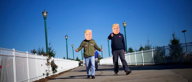 Supporters dragen een Donald Trump-masker tijdens een campagnebijeenkomst in Pennsylvania. Foto: Mark Makela / Getty Images