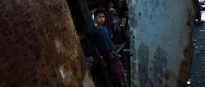 Een inwoner van de wijk Aung Mingalar in de West-Birmese stad Sittwe. Foto: Andreas Staahl (voor De Correspondent)