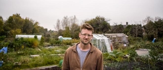 Mark Lynas in een volkstuinencomplex in de buurt van zijn huis, waar hij zelf ook een stukje grond beheert. Beeld: Philip Fountain