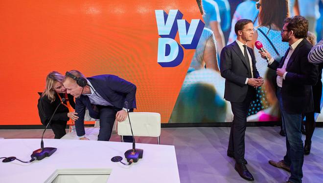 Mark Rutte wordt geïnterviewd terwijl er microfoons op de tafel worden klaargezet tijdens het VVD-congres op 19 november, 2016. Foto: Phil Nijhuis / Hollandse Hoogte